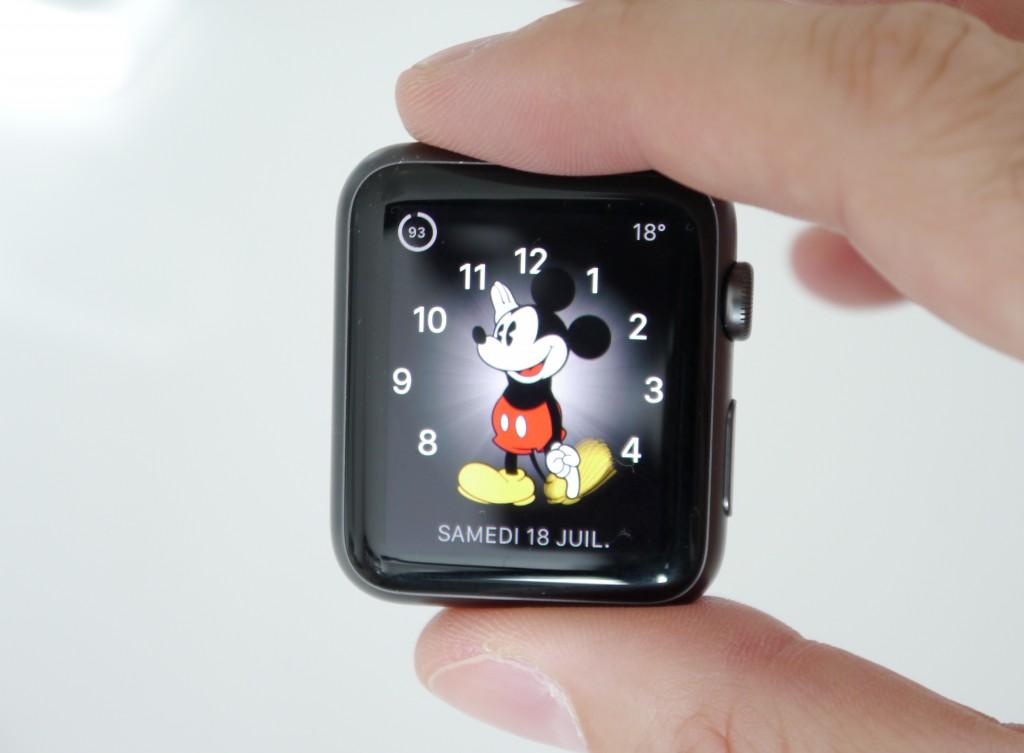 La montre a pour le moment besoin d'être rechargée tous les jours pour que Mickey vous donne l'heure.