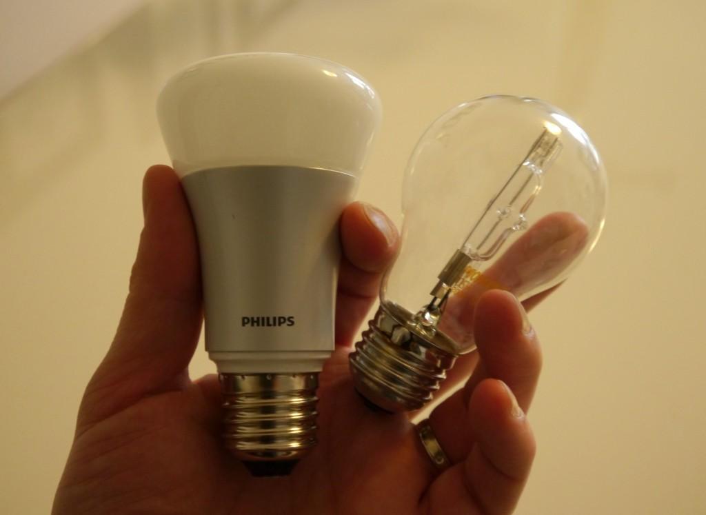 À droite une ampoule pas connectée, à gauche une Philips Hue