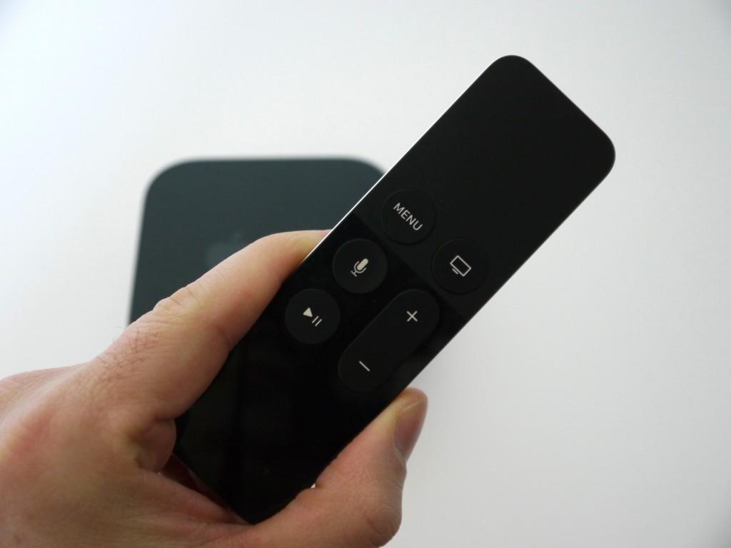 La télécommande de l'Apple TV est de la même couleur que le boitier maintenant