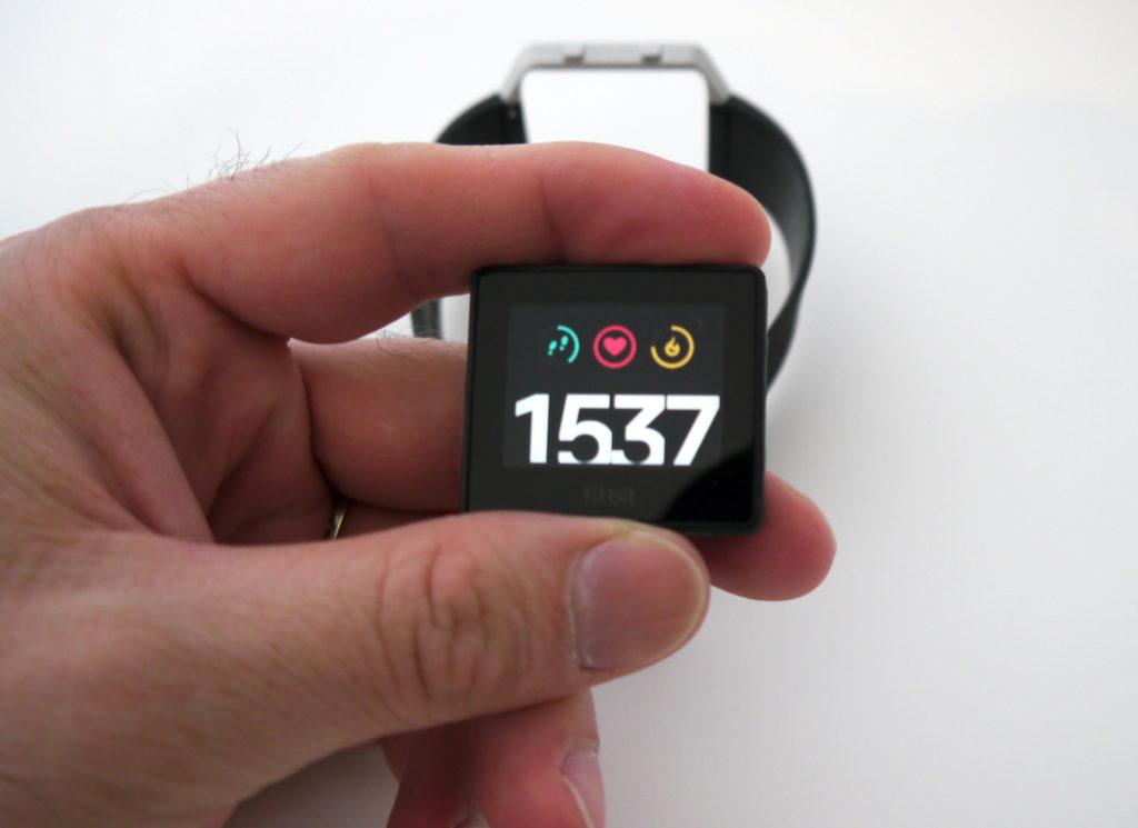 Fitbit Blaze de face avec affichage de l'heure