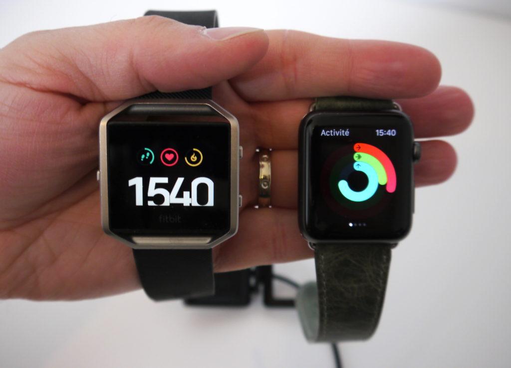 A gauche l'Apple Watch, à droite la Fitbit Blaze