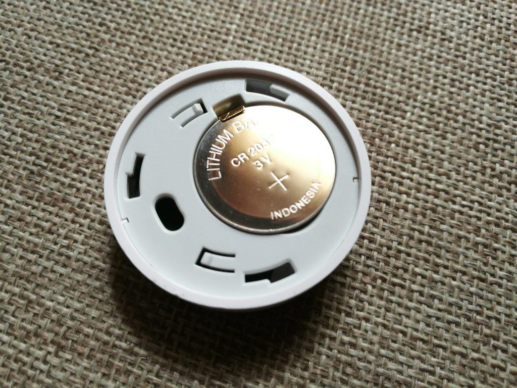 Le thermomètre est alimenté par une pile bouton.
