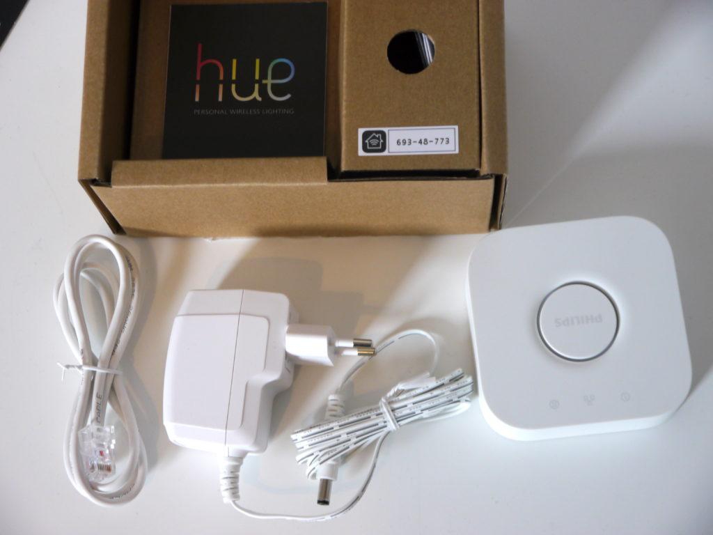 Philips Hue avec son alimentation et le cable ethernet