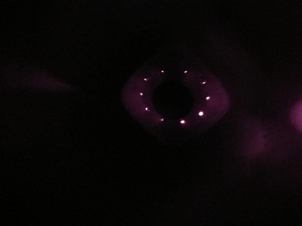 Les diodes infrarouge sont légèrement visibles en pleine nuit.