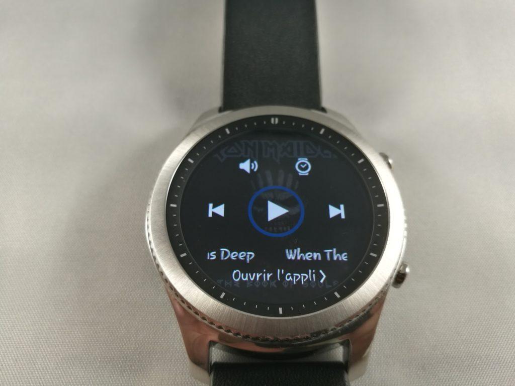 Le haut-parleur de la Gear S3 permet d'écouter la musique stockées sur la montre.