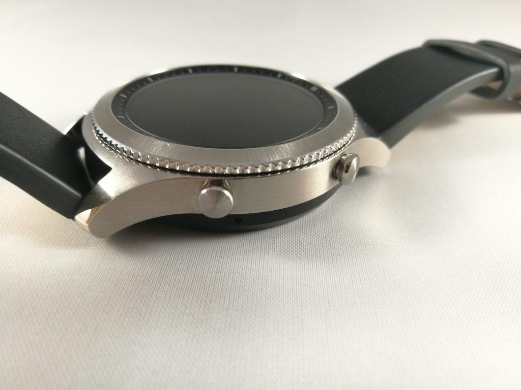 La montre de Samsung conserve ses deux boutons sur le côté droit.