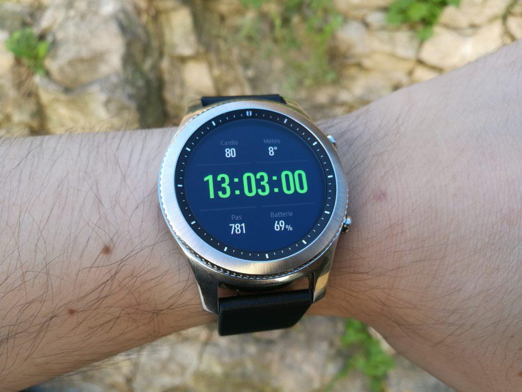 L'écran AMOLED reste visible en plein jour.