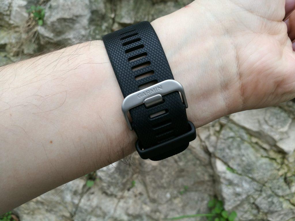 Le bracelet est relativement large.