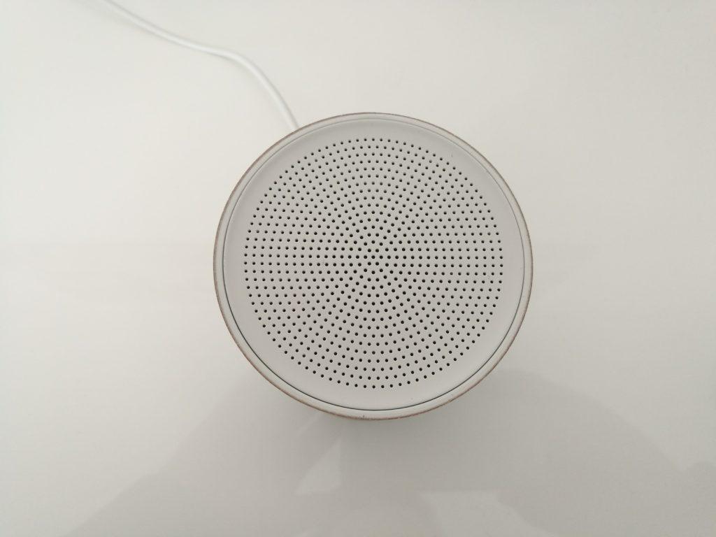Le haut-parleur et les microphones permettent une communication bidirectionnelle.