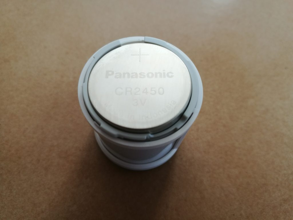 Le capteur de mouvement est alimenté par une pile bouton de 3V.