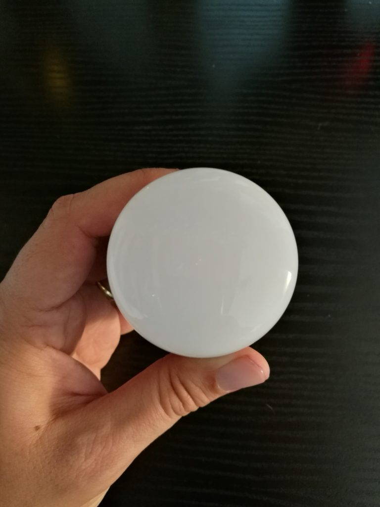 Le bulbe contient 9 LED blanches et 10 colorées.