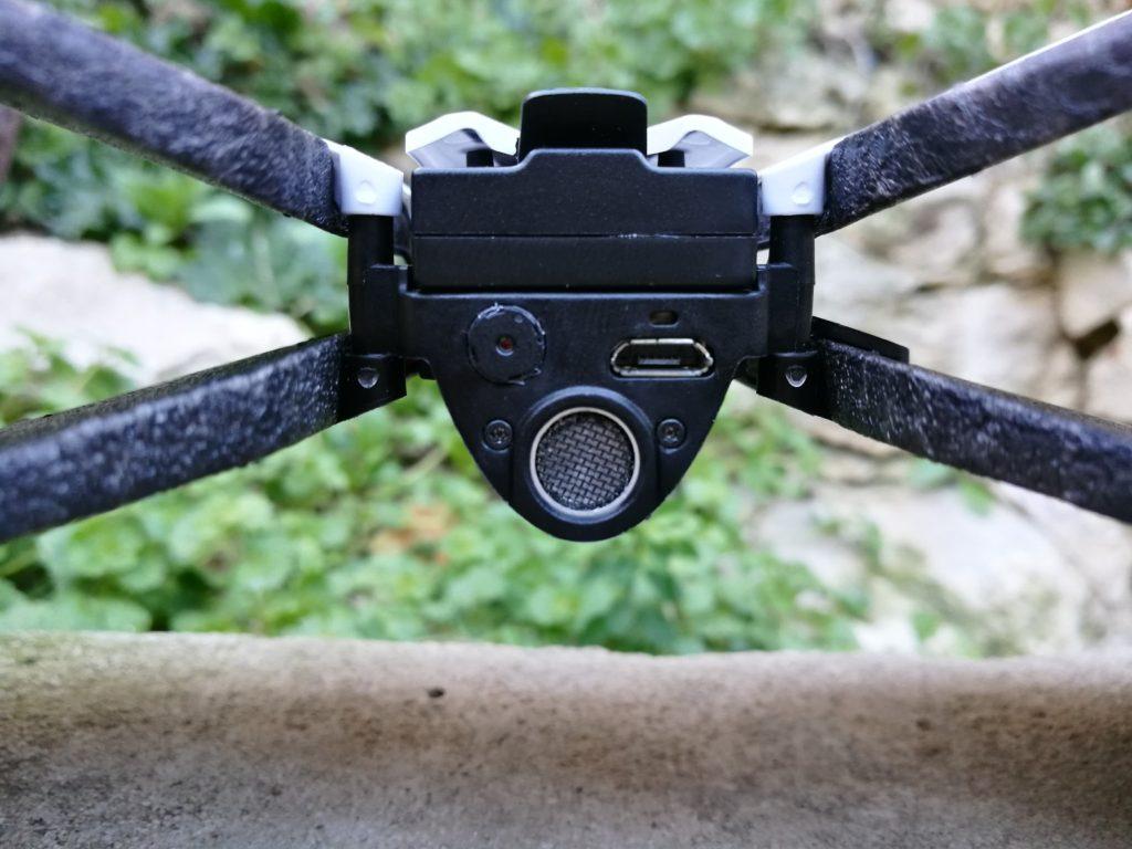 La caméra et le capteur à ultrason permettent de stabiliser le drone à la verticale.