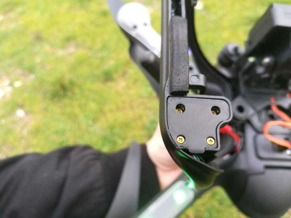 La boussole magnétique est située dans le patin. Il faut veiller à la calibrer à chaque vol.