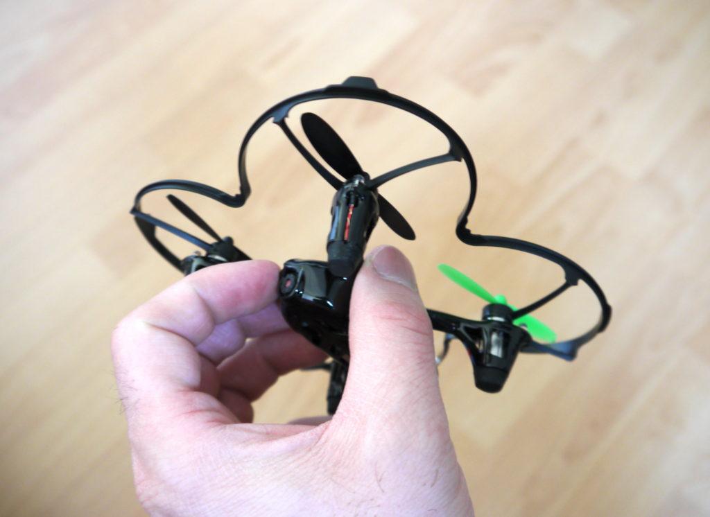 La caméra est placée à l'avant du drone