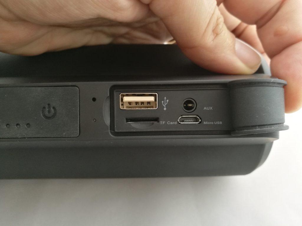 L'enceinte peut se connecter via Bluetooth, mais aussi USB et Jack 3.5 mm. Elle peut aussi recharger un appareil comme un smartphone ou un lecteur MP3.