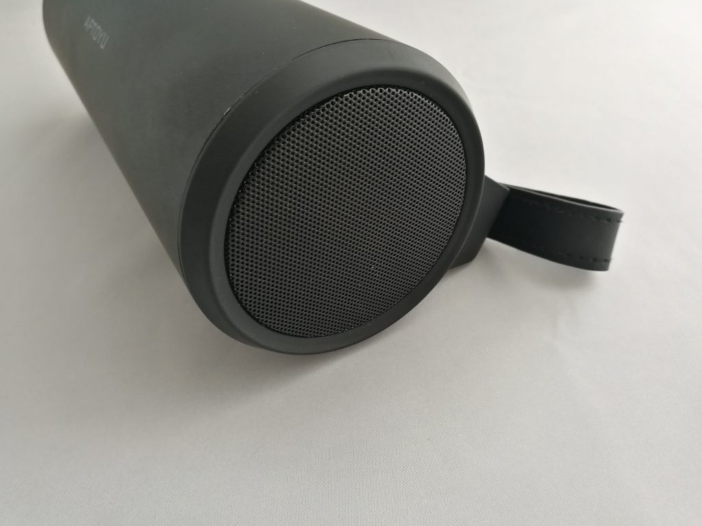 Les haut-parleurs stéréo ont une puissance de 4.8W.