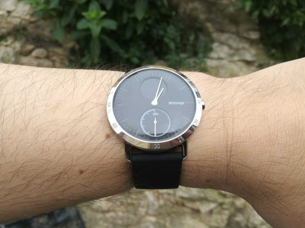 On reconnait immédiatement la patte Withings, quasiment inchangée sur cette nouvelle montre Steel HR.