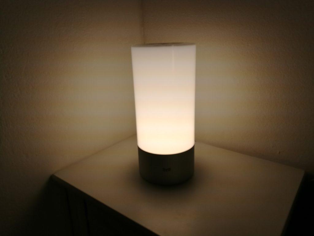La Bedside Lamp éclaire suffisamment pour lire en plein noir, mais pas pour éclairer une pièce complètement.