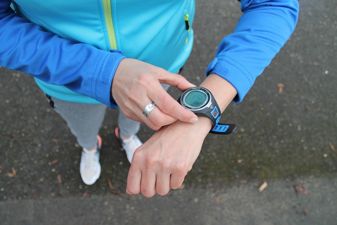 Sportif avec une montre connectée